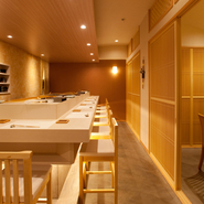 料理を楽しめる雰囲気を大切に、シンプル且つ安らぎがある店内。自然をコンセプトに木と紙を中心に設計されており、日本古来からの技術がふんだんに取り入れられています。家族との食事や友人との集りにも最適。