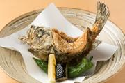 毎日仕入れる鮮魚の中から、脂乗りや大きさなどで一番オススメの魚を一尾丸ごと揚げた大胆な一品です。お好みで、煮付けにしもしてくれます。