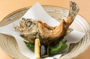 その日ごとのオススメの旬魚でつくる、カラッと揚がった『瀬戸内地魚の姿揚げ』