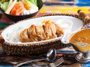 数十種類のスパイスとバター、ワイン、ブランデーで仕上げた本格欧風カレーです。一口食べると、ピリッとした辛さと奥深いスパイスの風味が口の中に広がります。