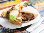 サックリと焼けたパンにボリューム感のあるジューシーなハンバーグとシャキッとした野菜がサンドされています。添えられた大きなパインカットと共にお腹いっぱいに食べられる一品。テイクアウトも可能です。