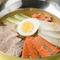 牛骨スープの程よいコクとあっさりとした風味がモチモチ麺に絶妙に絡み合う『韓国冷麺』