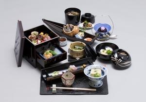 月替わりでさまざまな味わいを楽しめる『桜宿膳嵯峨錦コース』