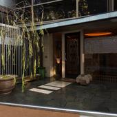 麻布台の路地裏に揺れる、シンボルの柳の木が目印