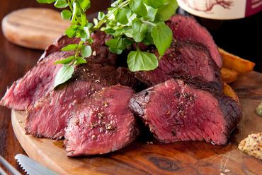 肉の旨みを堪能『豪快 牛ハラミのローストとフレンチフライ』