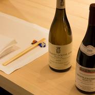 紹興酒もいいですが、シェフの料理に合わせるなら断然ワインがおすすめです。ブルゴーニュを中心としたワインは約100種をオンリストし、グラスも常時10種ほどを用意。料理に合わせ、3種のワインを提案してくれます。