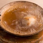 じっくりと直火で焼き上げたトラフグの白子とフカヒレを煮込みに。金華ハムと鶏肉だけで仕立てたスープの上品で奥行きのある味が、白子の旨みをしっかりと受け止める。