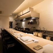 厨房から漂う香り、ダイレクトに伝わる調理音。オープンキッチンとなったカウンターのライブ感もお客様には好評です。同じ席に次のお客様を通すことはありませんので、ゆっくりとお楽しみ下さい。