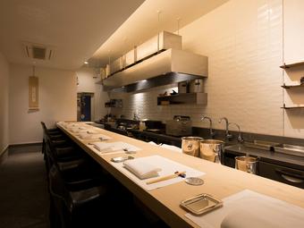 厨房に今にも手が届きそうなオープンキッチンのカウンター