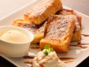 手づくりのパンを卵液に浸して外はカリッと、中はふわふわにバターで焼きあげます。手づくりアイスと生クリームが添えてあり、ソースは4種類から選べるなど、様々な味わいを楽しめる嬉しいメニューです。