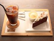 お店で一番人気のケーキ。カカオ55%のチョコレートにバター、生クリームがふんだんに使われている濃厚で深い味わい。店内で食べるときは自家製アイスクリームが添えられます。