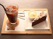カカオの香りが豊か。口の中で濃厚な味わいが広がる『ガトーショコラのケーキセット』