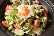 濃厚なチーズと相性ばっちりな温玉を新鮮お野菜と混ぜてお召し上がりください。