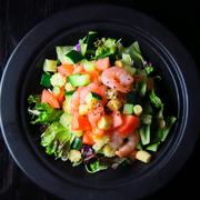 色とりどりにお野菜を細かくカットして、スパイシーなドレッシングと混ぜ合わせ、スプーンでお召し上がりくださいませ。
