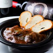 牛バラ肉を赤ワインとデミグラスで6時間じっくりコトコト煮込んだ、最高の風味とコクをお楽しみください。