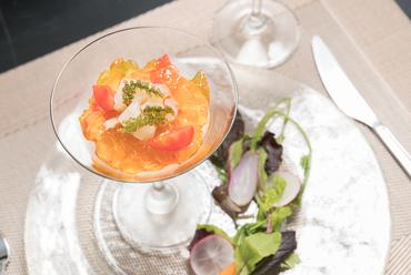 野菜本来の味を滑らかなムースでいただく『季節野菜のムース 海の幸のマリネ添え』