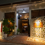 お店の場所は那覇市の中心街から少し離れた位置にあります。街の喧騒に揉まれ、疲れた方に、心安らげる優しい空間を提供しています。