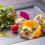 野菜は沖縄県産、または自家農園のものを主に使っており、魚も朝一でシェフが漁港まで足を運び、仕入れを行っています。まさに沖縄の味を堪能できるレストランです。