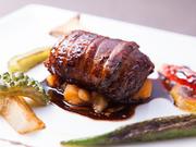 固定メニューはなく、季節の旬の食材や活きのいい魚をふんだんに用いた、日替わりのコース料理がメインです。その食材が最も美味しい時期に最高の調理法で作られる料理は絶品の一言です。