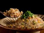 濃厚な旨味がありパラパラとした炒飯は、お腹が満たされてもオーダーしたくなる逸品。自家製タレをかけるのがおすすめです。