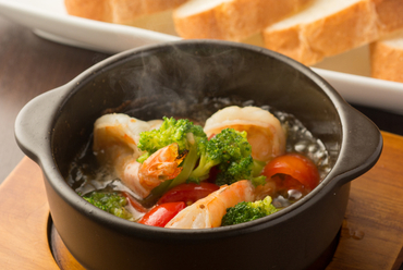 プリプリの食感と旨みの染みたオイルを楽しむ『エビとブロッコリーのアヒージョ』