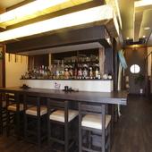 デートに最適な落ち着いた空間で、銘酒と料理を2人で楽しむ