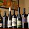 常時100種類ほどのワインが数多く取り揃えられています