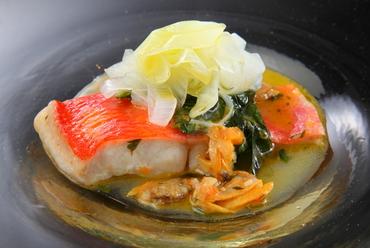アサリから出ただしのみを使用し、魚の旨みが凝縮された『金目鯛のアクアパッツァ』