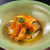 プリッとした食感の柔らかいアワビを白子で味わう『蒸しアワビとウニとカラスミの白子風味』