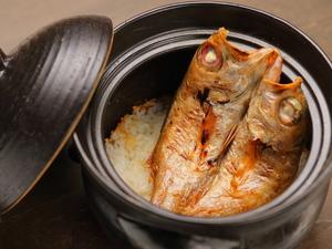 炭火でじっくり焼き上げたのどぐろを贅沢に丸ごと使用した『のどぐろ釜飯』