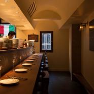 壁を背にするカウンター席は、じっくり料理と向き合える場所。男女を問わずお一人様が多いというのも納得です。アラカルトのみで、好きな分だけ注文できる点も、一人利用にうれしいところ。