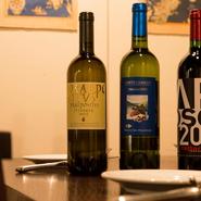 ワインは料理によく合うように、味わい、ミネラル感を大切にセレクト。イタリアワインだけを70~80種揃えています。魚介と相性の良い白、魚料理を引き立てる赤も揃っているため新たな味のペアリングを発見できます。