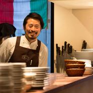 長年磨いたイタリアンの技術に加え、三ツ星鮨店の厨房に立った経験もシェフの大きな武器に。昆布や塩で〆る、皮目を炙るといった豊富な技の引き出しが、魚の魅力を一層引き立てます。