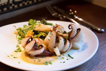 新鮮なイカにオリエンタルな風味を加えた『江戸前スミイカゲソのグリル ひよこ豆のピュレ』