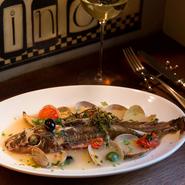 焼き目をつけてからアラの出汁を加えて煮込む『アクアパッツァ』は、スープが抜群の存在感。魚はカサゴ、アコウダイ、メバル、黒ムツなどその日届いた魚から目で見て選ぶことができます。