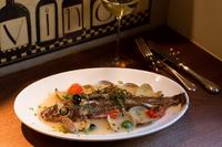 届いたばかりの鮮魚で仕立てる名物料理『鮮魚丸ごと一本アクアパッツァ』