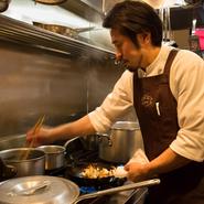 居心地が良い店が何よりのテーマ。お客様の希望に寄り添うサービスはもちろんですが、料理の取り分けや量の調整、メニューにない料理の注文などにもできる限り対応します。