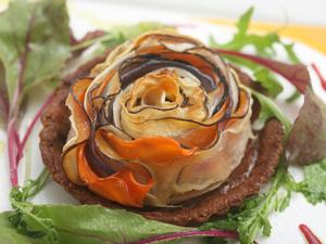 根菜を中心に、野菜の甘みを楽しめる『有機野菜の彩りタルト』