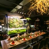 新たな親交を深め合う、幻想的な空間での食事会