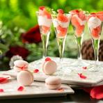 『セレブ女子会コース』は4名以上の利用で嬉しいシャンパンタワー付き。専属パティシエがつくる「ローズのマカロン」などの日替わりスイーツは、見た目も可愛らしくインスタ映えすると人気です。
