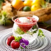 あまおう苺のスープに福寿の純米吟醸の酒粕で作ったアイスクリームを合わせています。 大人のスープデザートです。