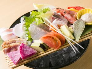 新鮮な食材を一度に味わう、欲張りな『魚鶏菜造り盛り合わせ』