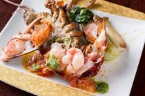新鮮でぷりぷりの魚介を、熱々のままいただく『活けの魚介類の鉄板焼』