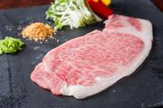 厚めにスライスした神戸牛を、仕上げとして季節の野菜や特製ガーリックチップと一緒に鉄板で焼きます。こだわりのある神戸牛の旨味を「しゃぶしゃぶ」で。