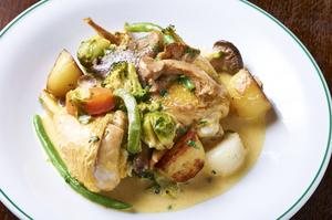 鶏の旨みこそが極上のソース『鶏モモ肉のココット蒸し』