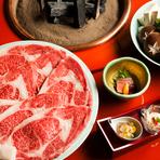 厚めに手切りした松阪牛の生肉を南部鉄の鍋で焼き上げる伝統の『寿き焼』。力強い肉の旨み、たまり醤油で仕立てた秘伝のタレが織りなす味わいは圧倒的ですらあります。口の中が幸せで満たされます。