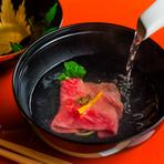 松阪牛のみすじ肉に特製の和出汁をかけ、蓋をしめて待つことしばし。15秒ほどして蓋を開け、肉が美しい桜色になれば完成です。口の中で蕩けていく味わいと食感は、みすじ肉最大の魅力。