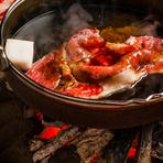 口溶けがよく上品な甘さの脂と、旨みの強い赤身肉の絶妙なバランスが松阪牛の特徴です。その美味しさを最大限に引き出すため『寿き焼』は菊炭を使い南部鉄の鉄鍋で焼きあげます。秘伝のタレと相性をお楽しみ下さい。
