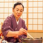 松阪牛を最高の状態で味わってもらうため『寿き焼』はお客様自身で焼くことはなく、部屋付きの仲居が焼かせていただきます。美味しいご馳走はもちろん、シーンに合わせたもてなしでお客様の寛ぎの時間を演出します。