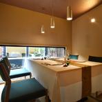 古い日本家屋を改装し、和の趣を残しながらモダンな雰囲気に設えられた店内。大小様々なサイズの個室が用意されており、人数に応じて利用することができます。畳の感触が足に優しい写真の個室は4名用。